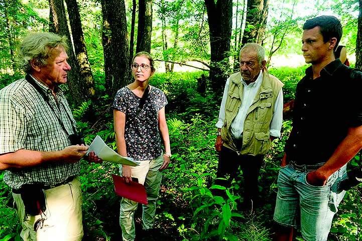 """Dr. Pedro Gerstberger (links) vom Verein """"Rettung bedrohter Wildtiere e.V."""" bei den Verhandlungen für ein mittlerweile erworbenes Biotop bei Thurndorf."""